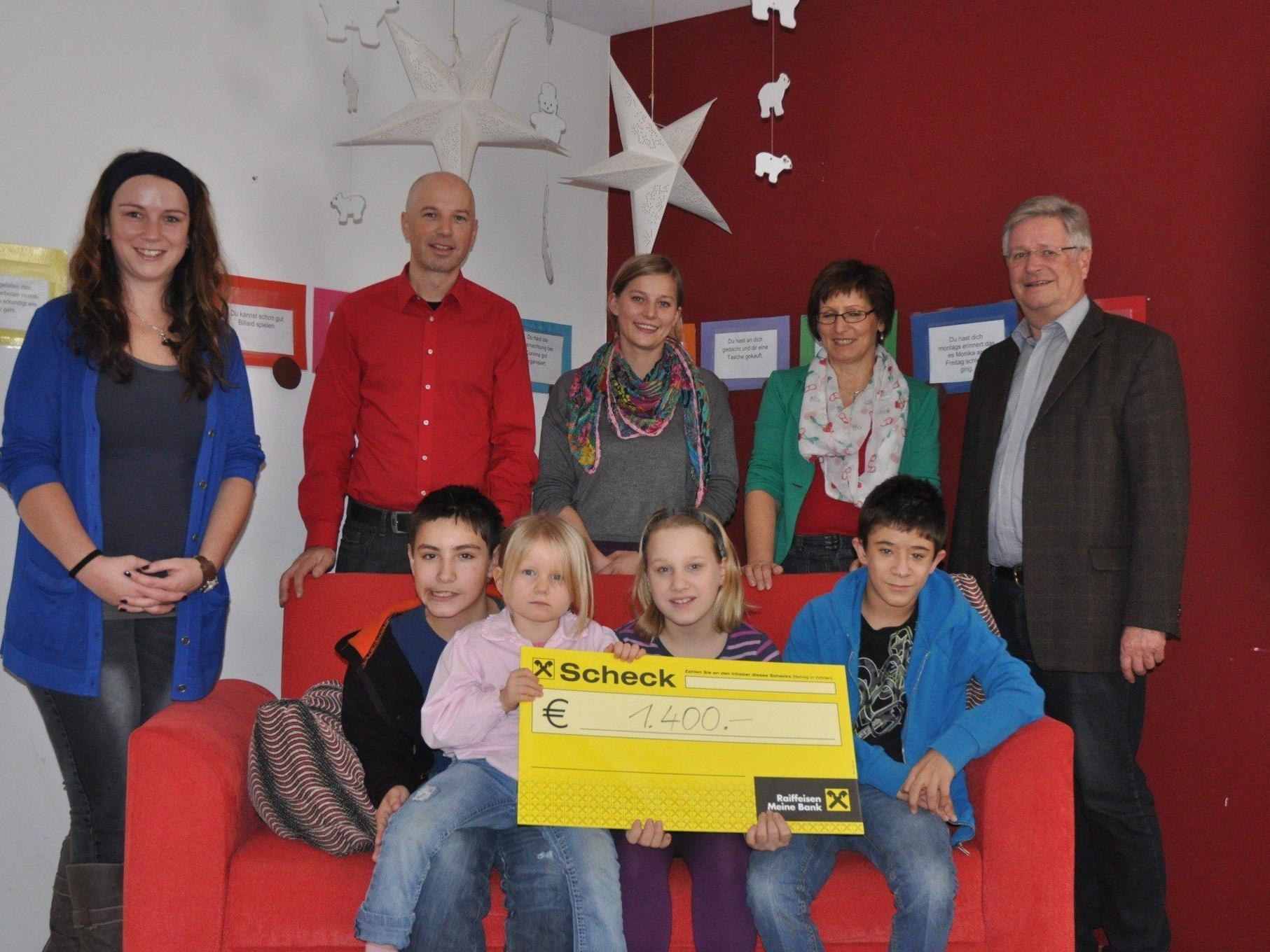 Martina Ender, Markus Müller und Maria Simma (alle Jupident), freuten sich zusammen mit den Kindern bei der Spendenübergabe durch Roswitha Fritz und Kurt Ludescher.