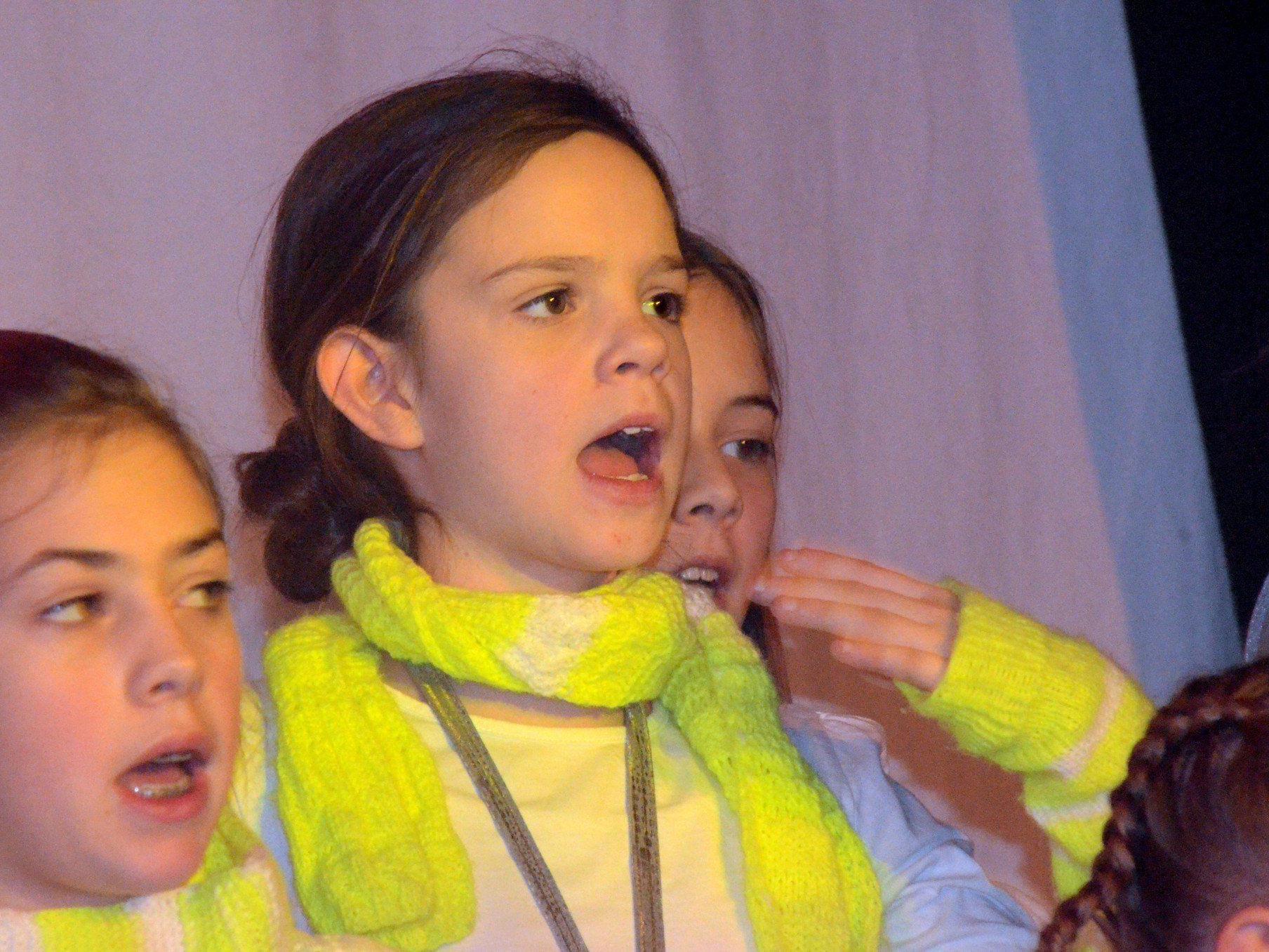 Singbegeisterte Kinder und Jugendliche treffen sich regelmäßig
