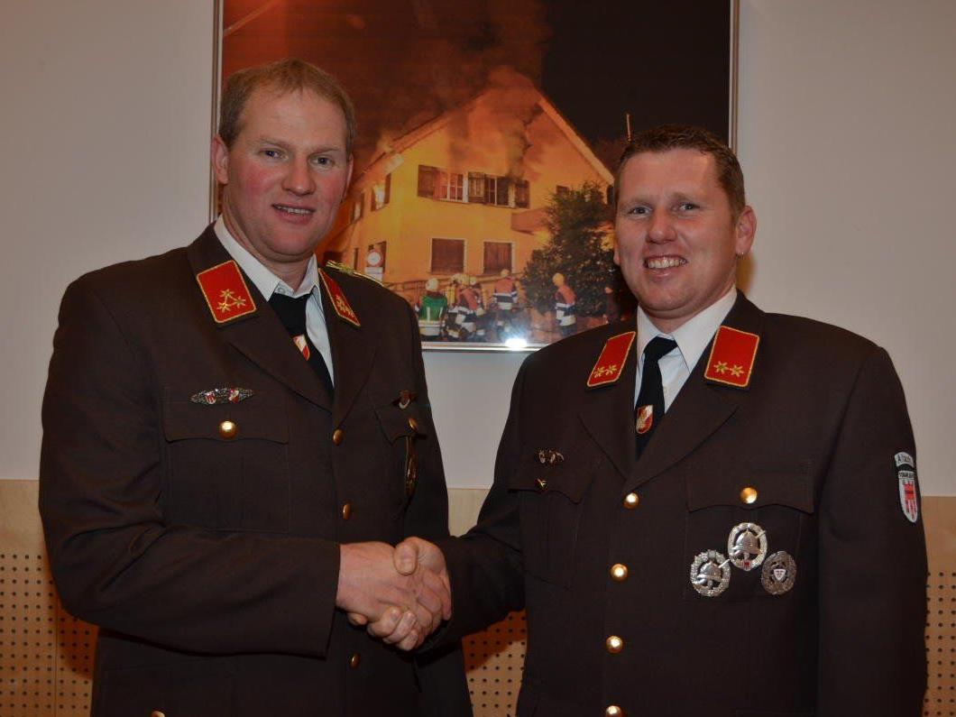 Herbert Sohm (l.) gratuliert seinem Nachfolger, Kommandant Marko Buchhammer.
