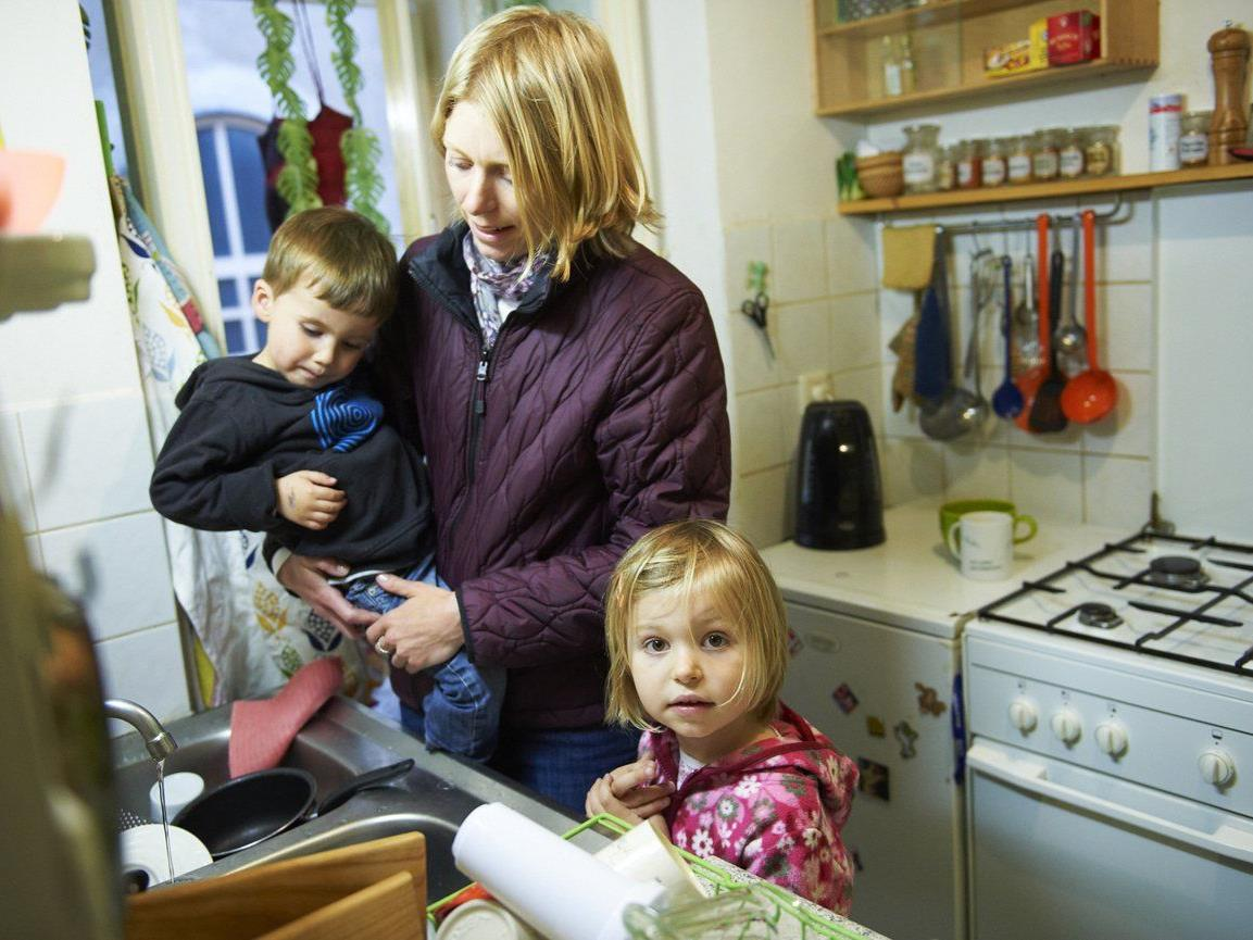 Eine Familie am Herd - sie profitieren vom Stromsparcheck.