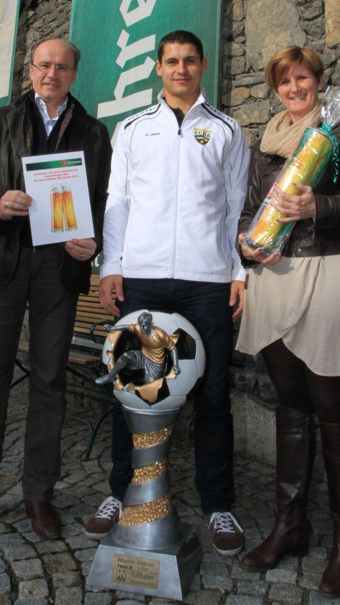 GF Hans Steiner, Sabine Treimel gratulierten Martin Kobras zum Triplesieg Fußballer des Jahres.