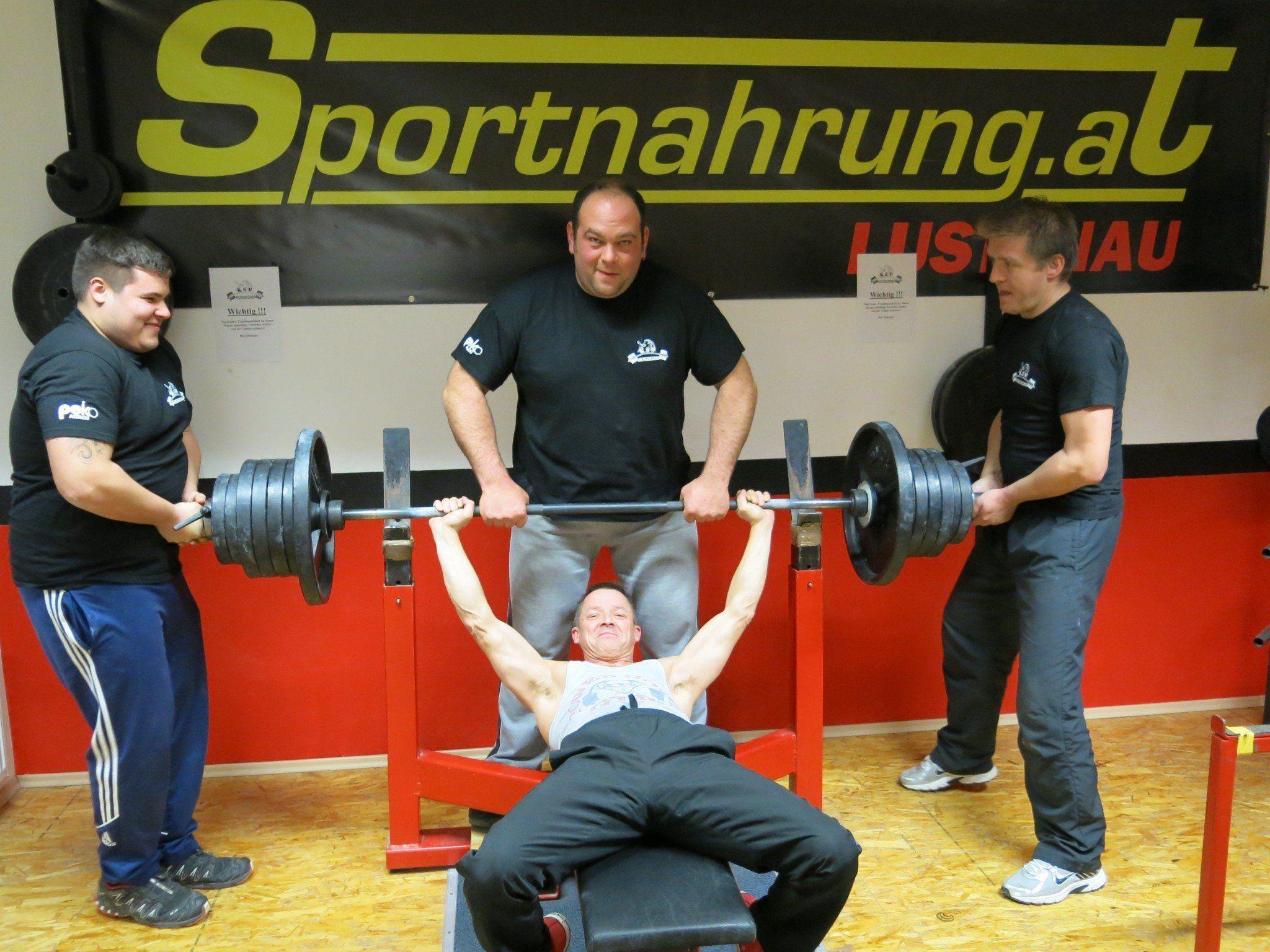 Starke Männer lassen ihre Muskeln spielen