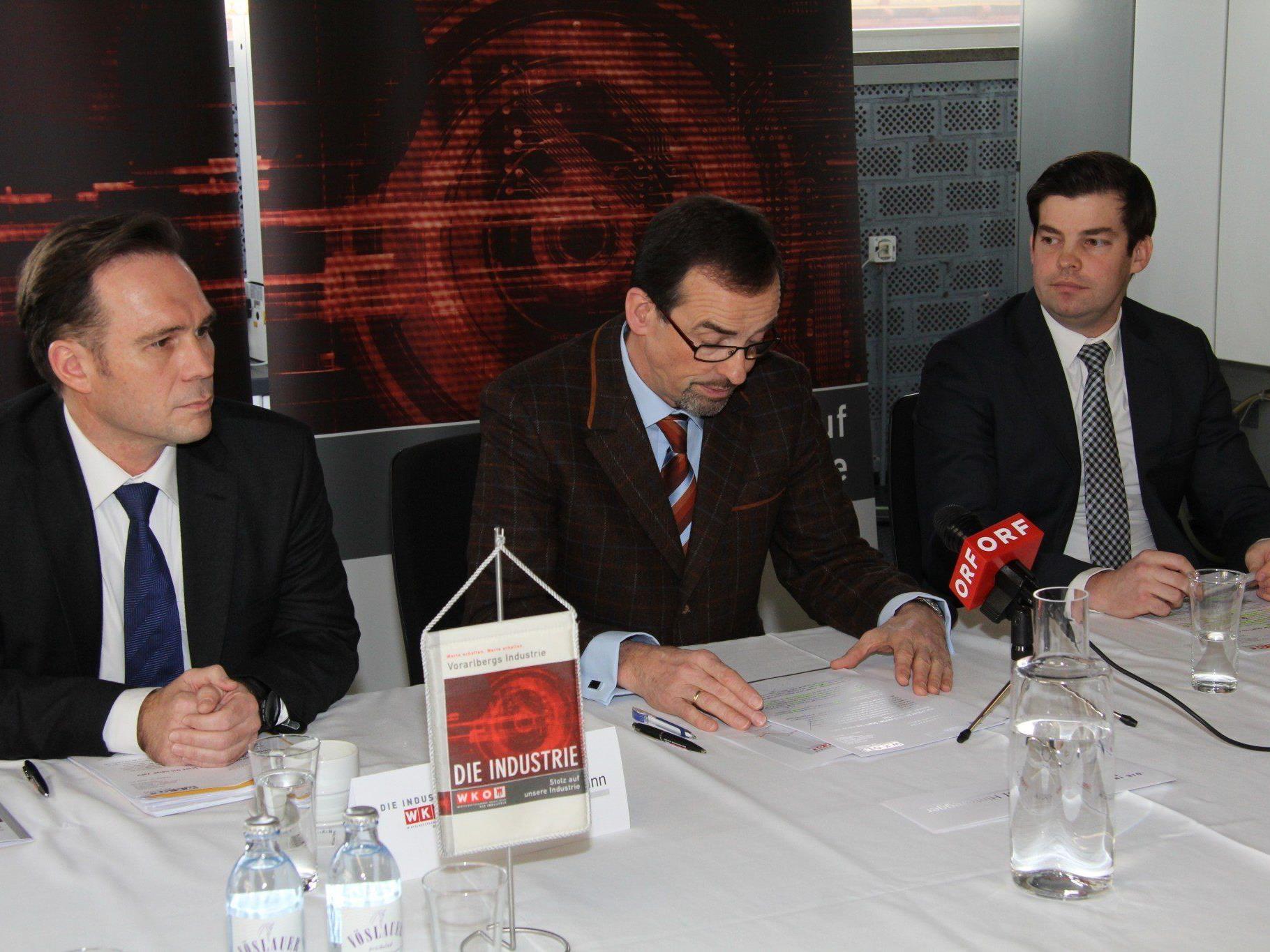Von links: Michael Amann und Christoph Hinteregger von der Wirtschaftskammer Vorarlberg, Mathias Burtscher, Geschäftsführer der Industriellenvereinigung Vorarlberg