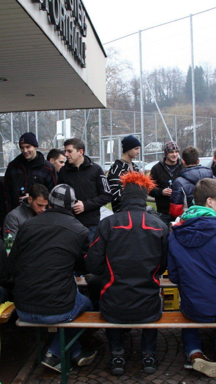 Alberschwende-Fans waren schon um acht Uhr morgen vor der Hofsteighalle in Volksfeststimmung.