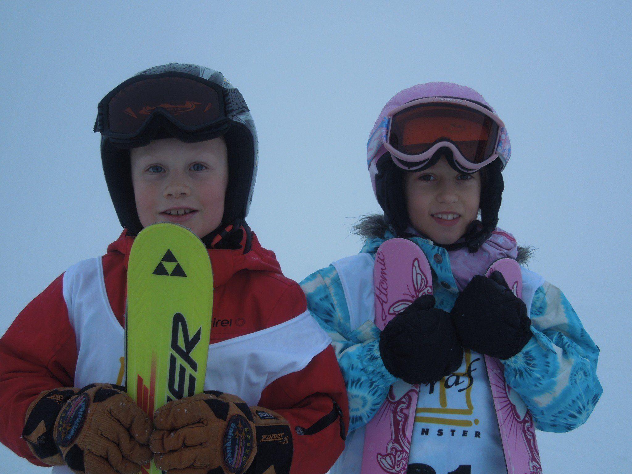 Simon und Emilia gehörten zu den Teilnehmern des diesjährigen Guglhupfspringens und zeigten echtes Skisprungtalent.
