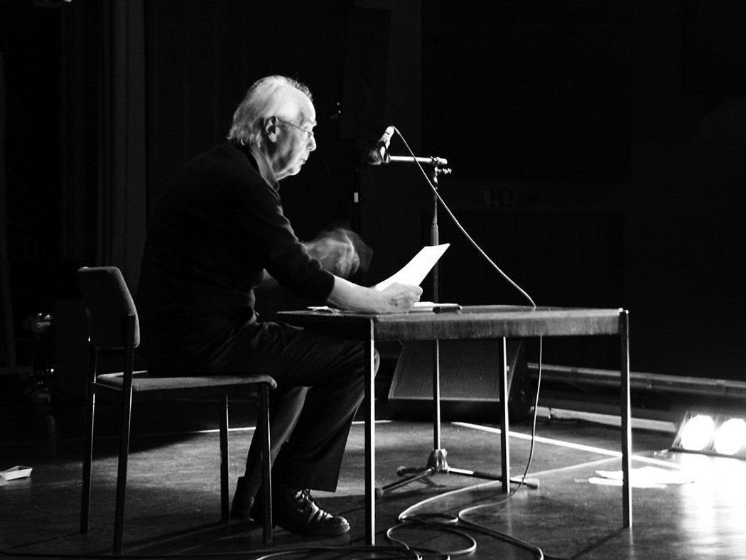 """""""Faust""""-Spezialist Joachim Bliese am Lesetisch."""