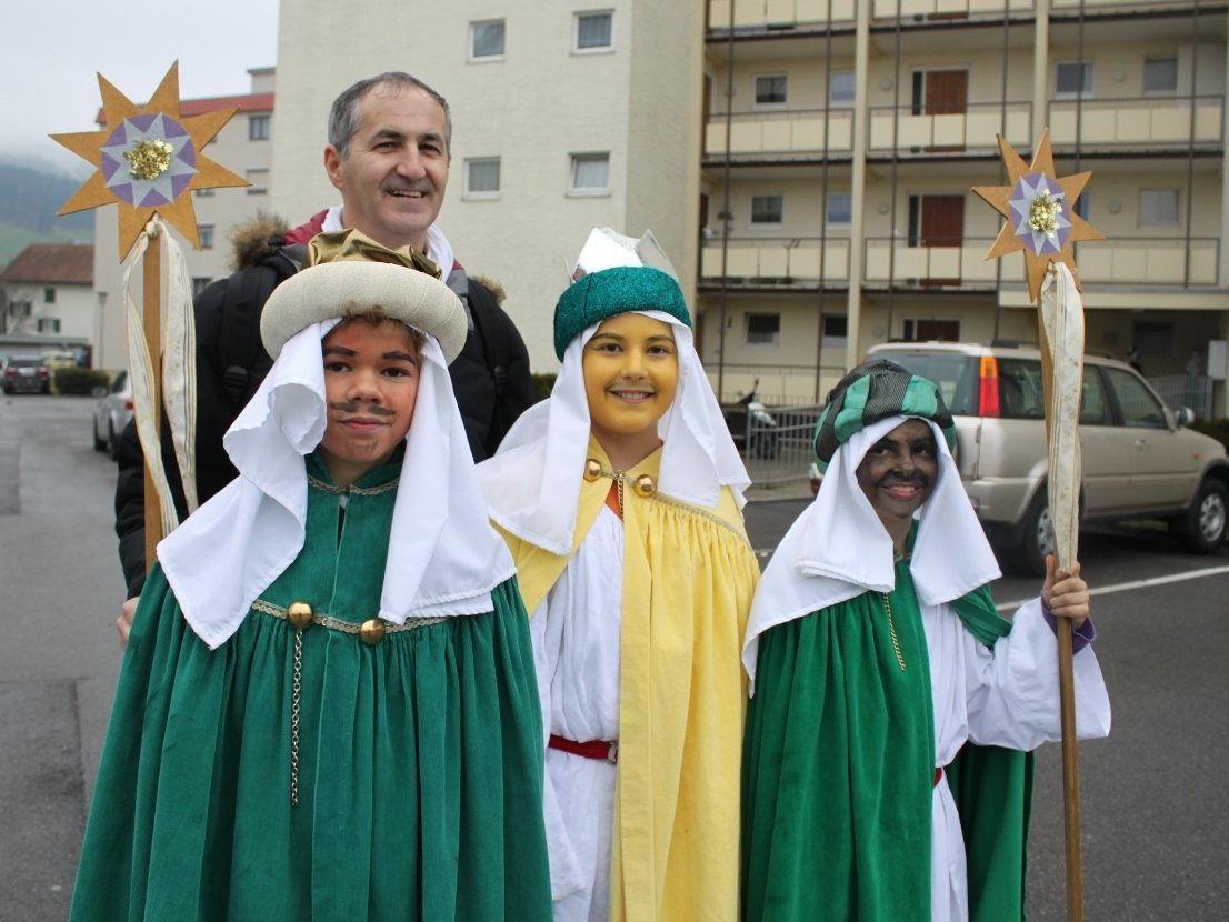 Die Sternsinger trugen auch in Lochau die Botschaft von der Geburt Jesu von Haus zu Haus.