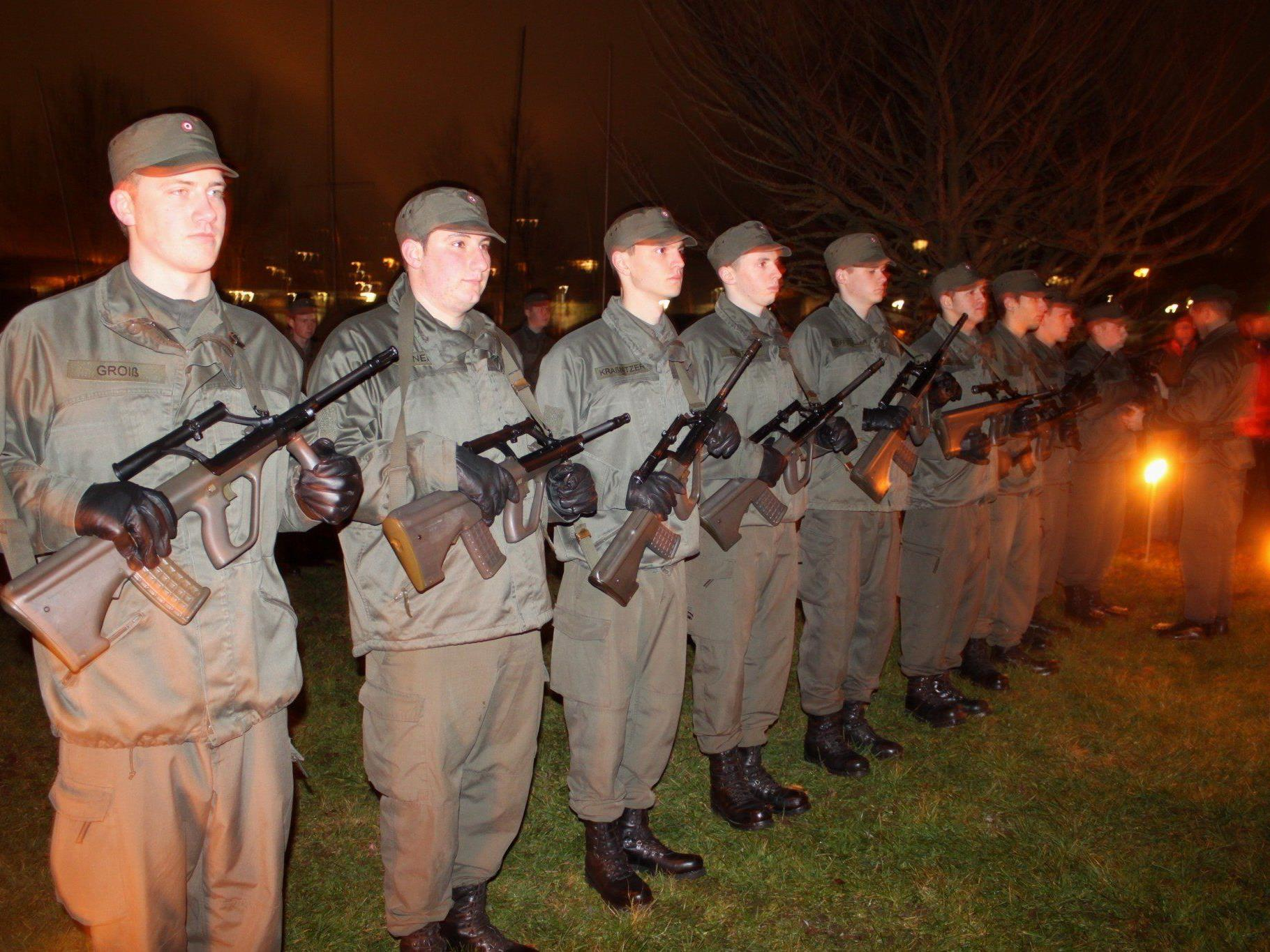27 Funktionssoldaten konnten ihr Sturmgewehr von Kompaniekommandant Hauptmann Markus Tschanun in Empfang nehmen.