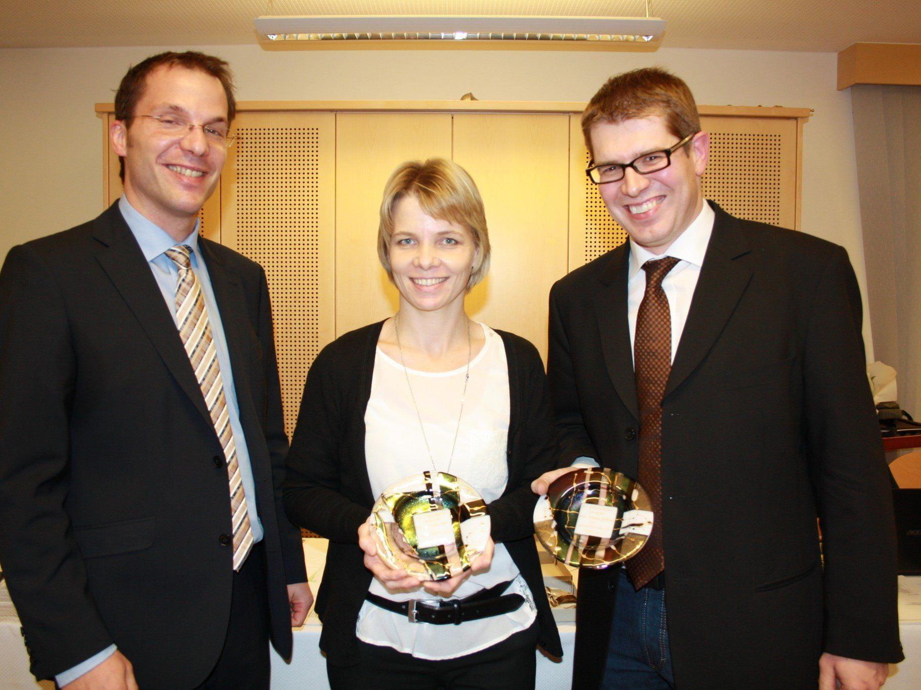 Oliver Huber ehrt Natascha Hofer und Andreas Gmeiner für 20 Jahre aktive Mitgliedschaft.