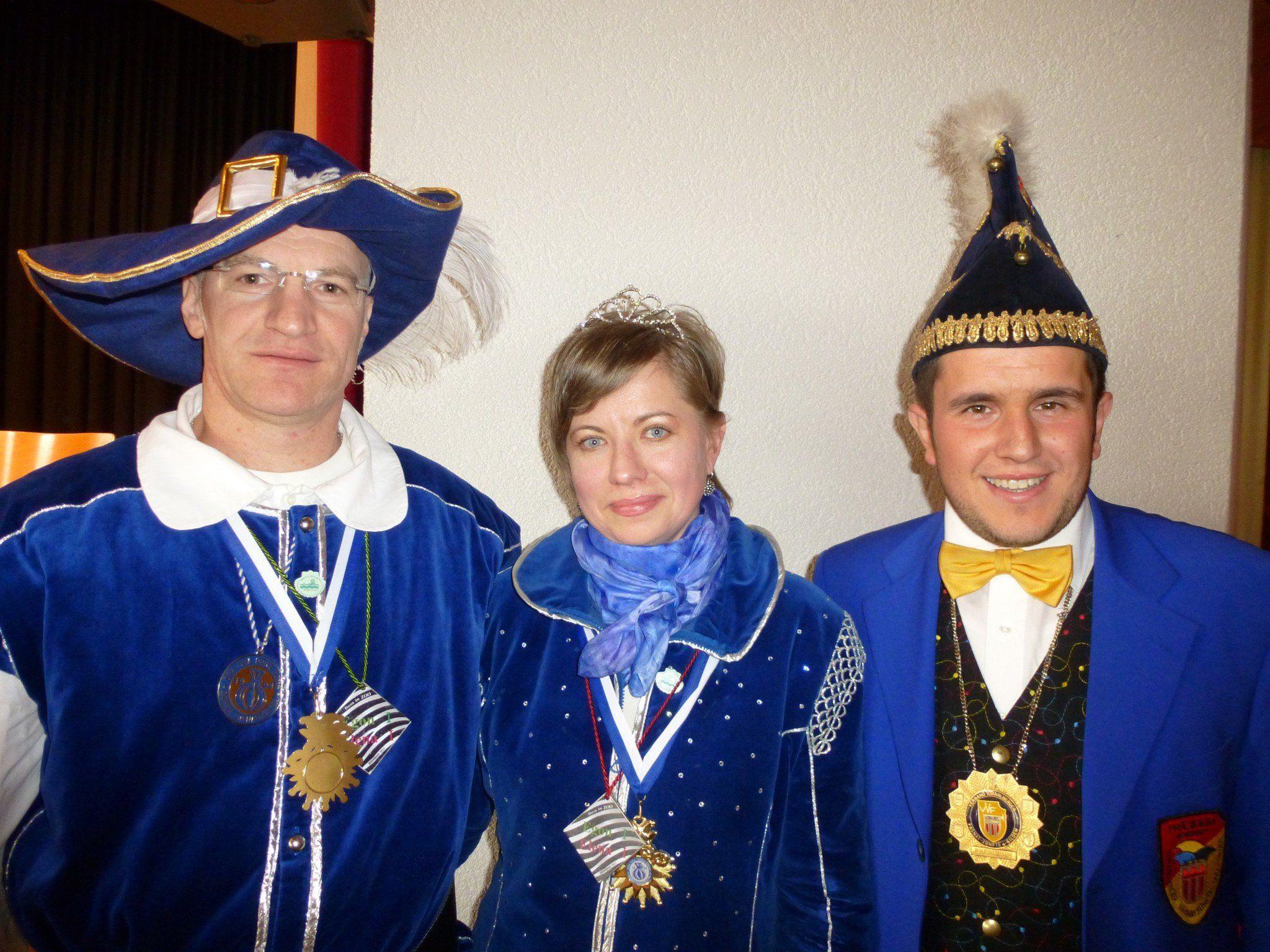 Das Dorener Prinzenpaar Prinz Egon und Prinzessin Elena mit VVF-Präsident Michel Stocklasa.