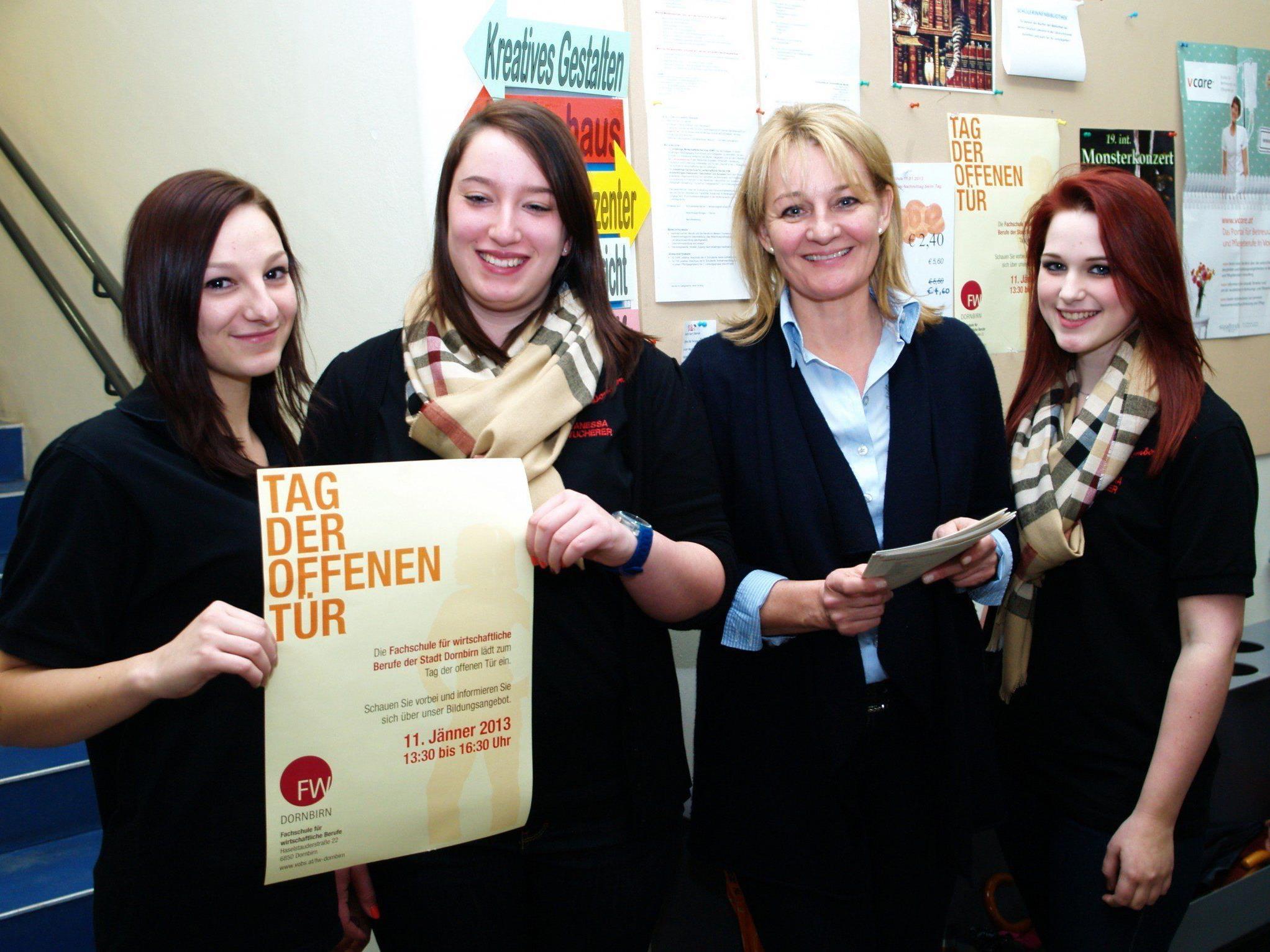 Pädagogin Gabriela Schertler mit einigen Schülerinnen der Fachschule beim Info-Tag