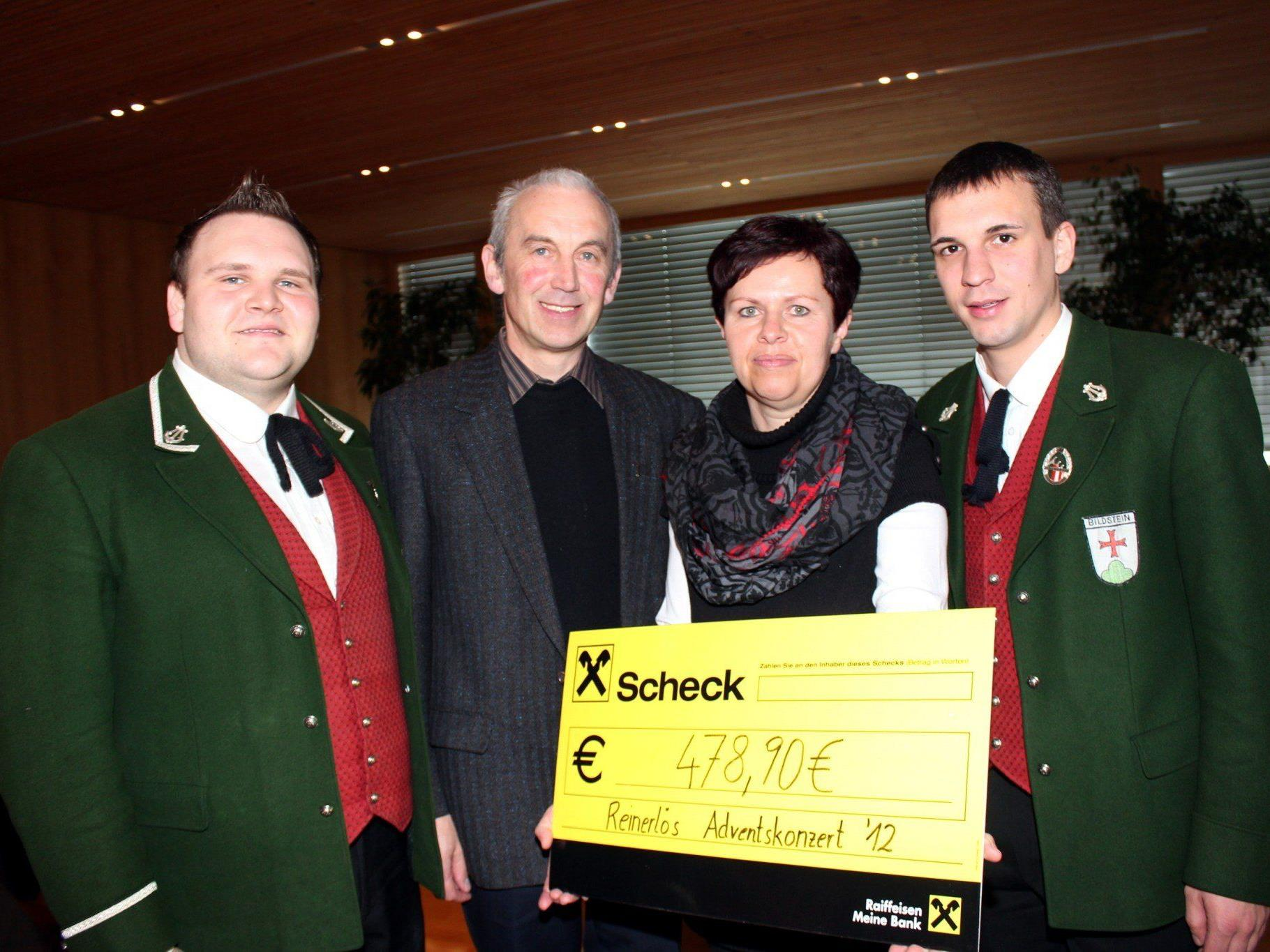 MVB-Obmann Michael Lenz, Pfarrer Paul Burtscher, Annelies Böhler und Simon Flatz.
