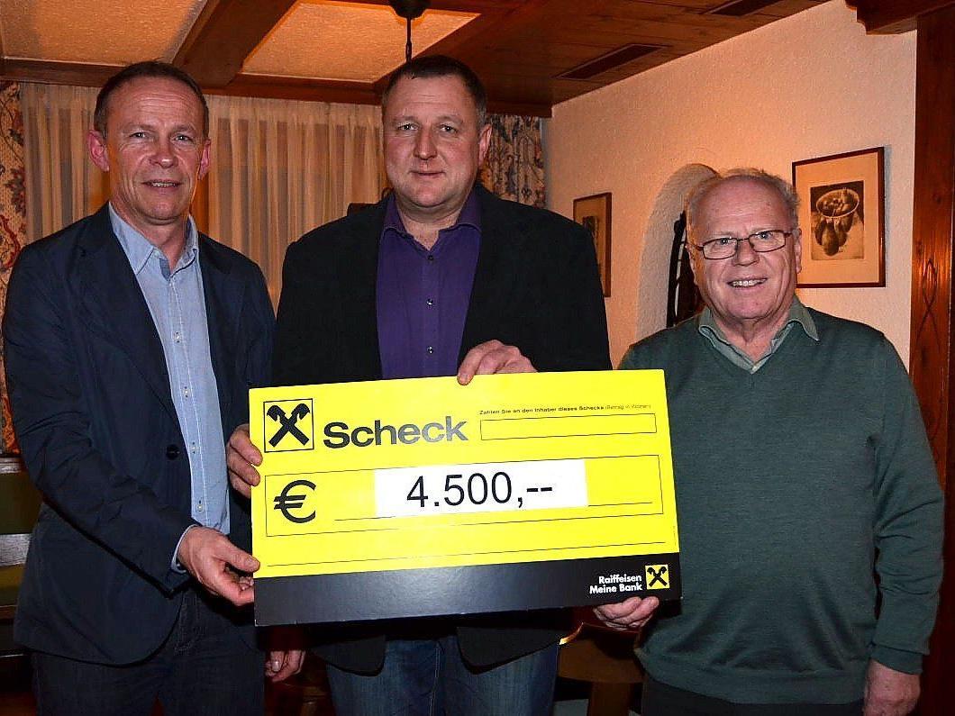 Wirtschaftsausschussobmann Franz Kopf, Markus Humml, Obmann des KPV, und Bernd Brändle (v.l.) freuen sich über den abermaligen Erfolg der Weihnachtsaktion.