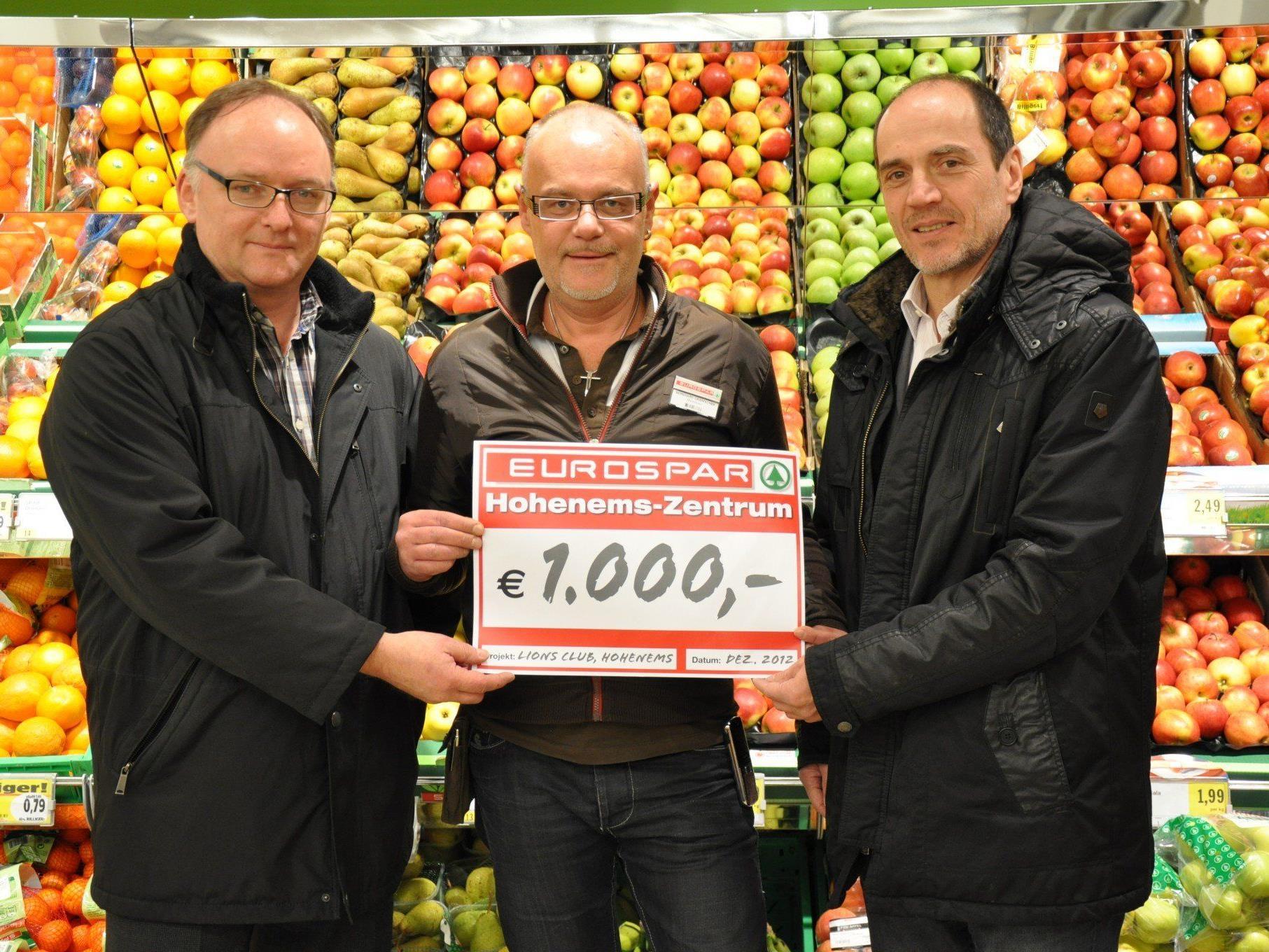 Spendenübergabe durch Marktleiter Bernhard Gramschek (Mitte)