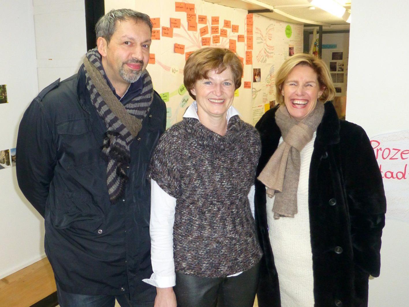 Johannes Inama, Angela Jäger und Karin Metzler freuen sich über viele Besucher im Visionscafé.