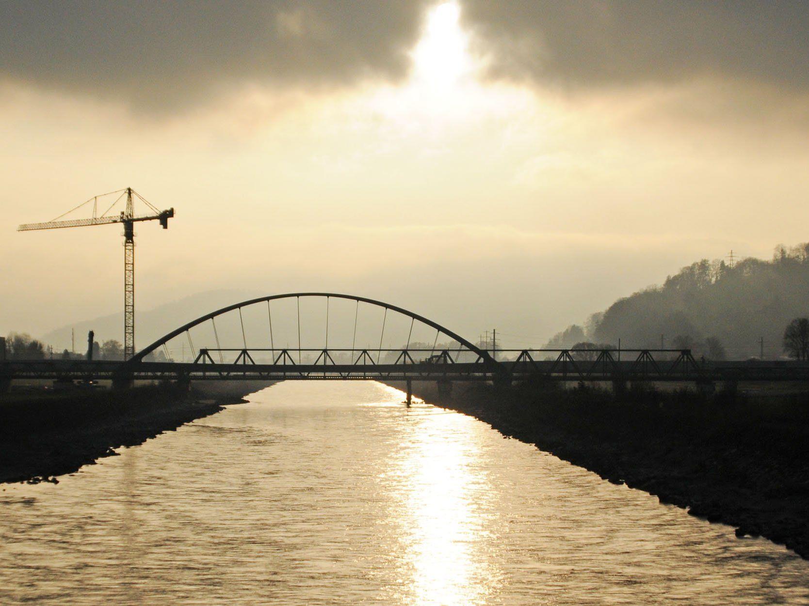 Die Arbeiten an der neuen Eisenbahnbrücke über den Rhein sind beinahe fertiggestellt