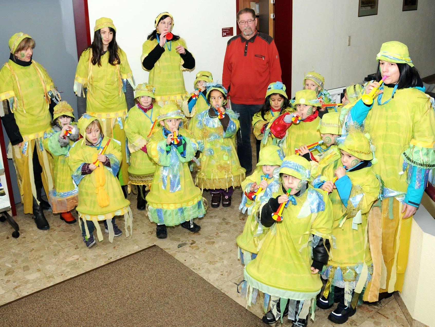 """Toll ausstaffiert und mit lauter """"Musik"""" besuchten die Kindi-Guggen den Bürgermeister im Gemeindeamt"""