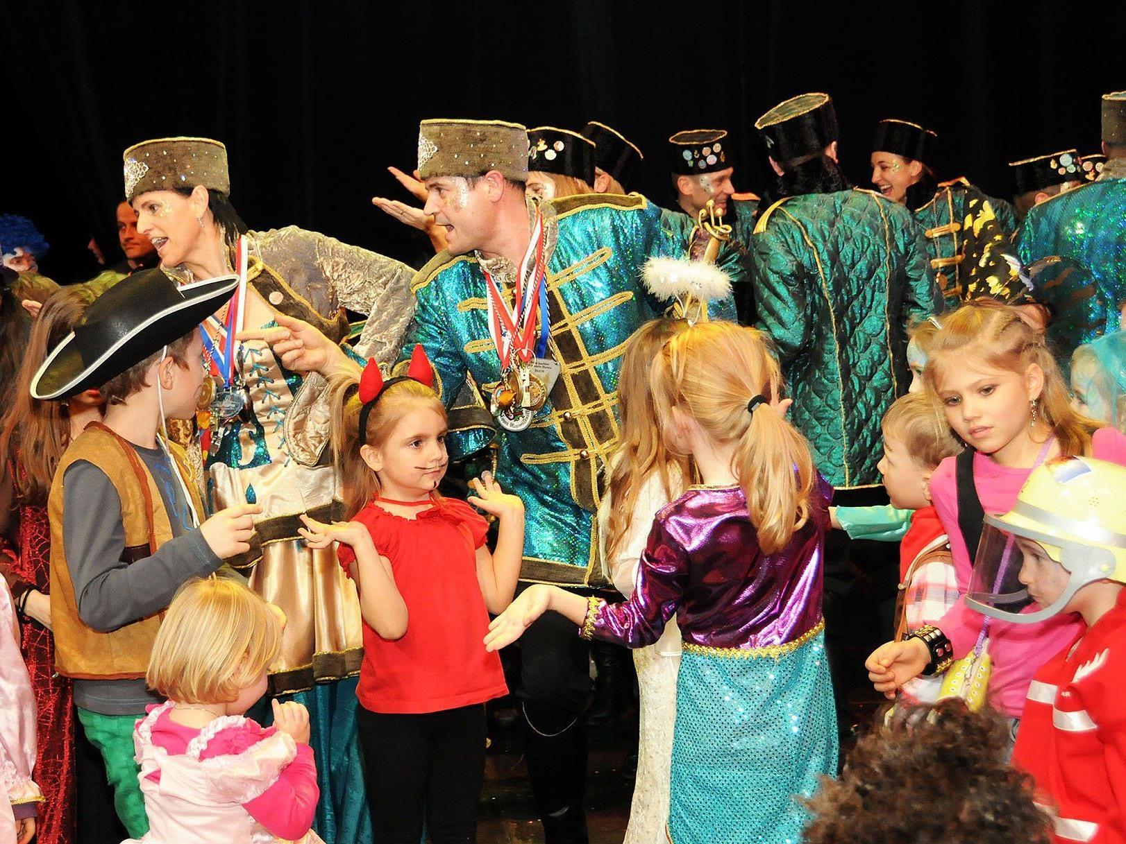 Prinz Ore LVII., Martin II., und Prinzessin Christine inmitten der Kinderschar beim Ore Ore Kinderball