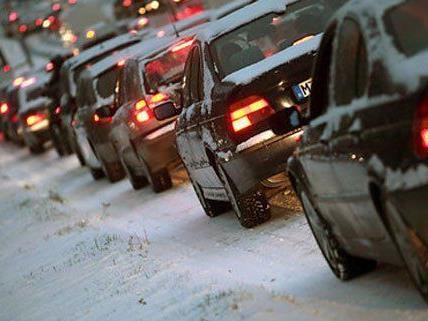 Schneemassen sorgen für Verkehrstrubel auf Österreichs Straßen.