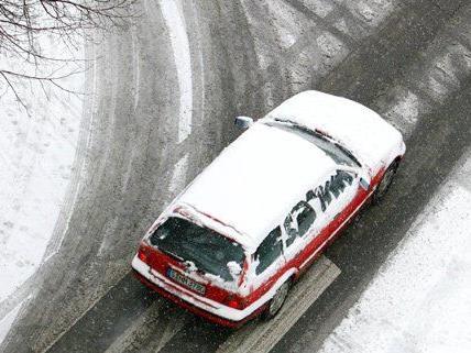 Autofahrer müssen bei den großen Schneemengen auf den Verkehr besonders achten.