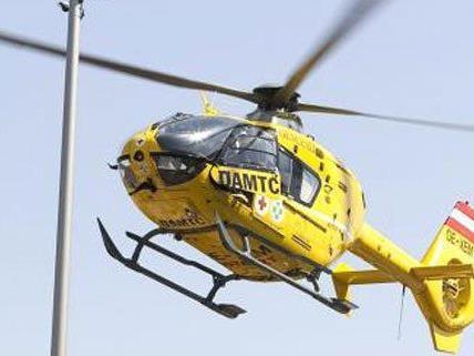 Mit dem Rettungshubschrauber wurde die lebensgefährlich Verletzte ins Spital gebracht.