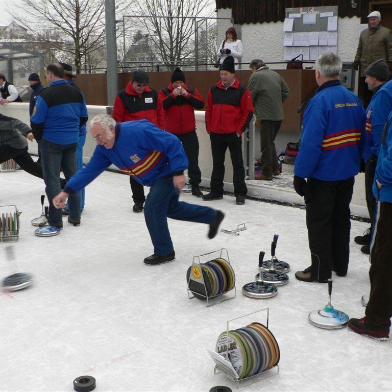 Eisstocksport vom Feinsten am Dreikönigstag auf der Kunsteisbahn Gastra in Rankweil.