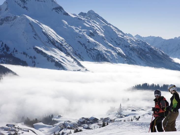 Adolf Bereuter gelang der faszinierende Schnappschuss der teils in Nebel gepackten Gemeinde Warth.