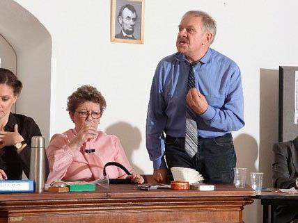 """In einer eigens adaptierten Fassunf präsentiert die Theatergruppe """"Die zwölf Geschworenen""""."""