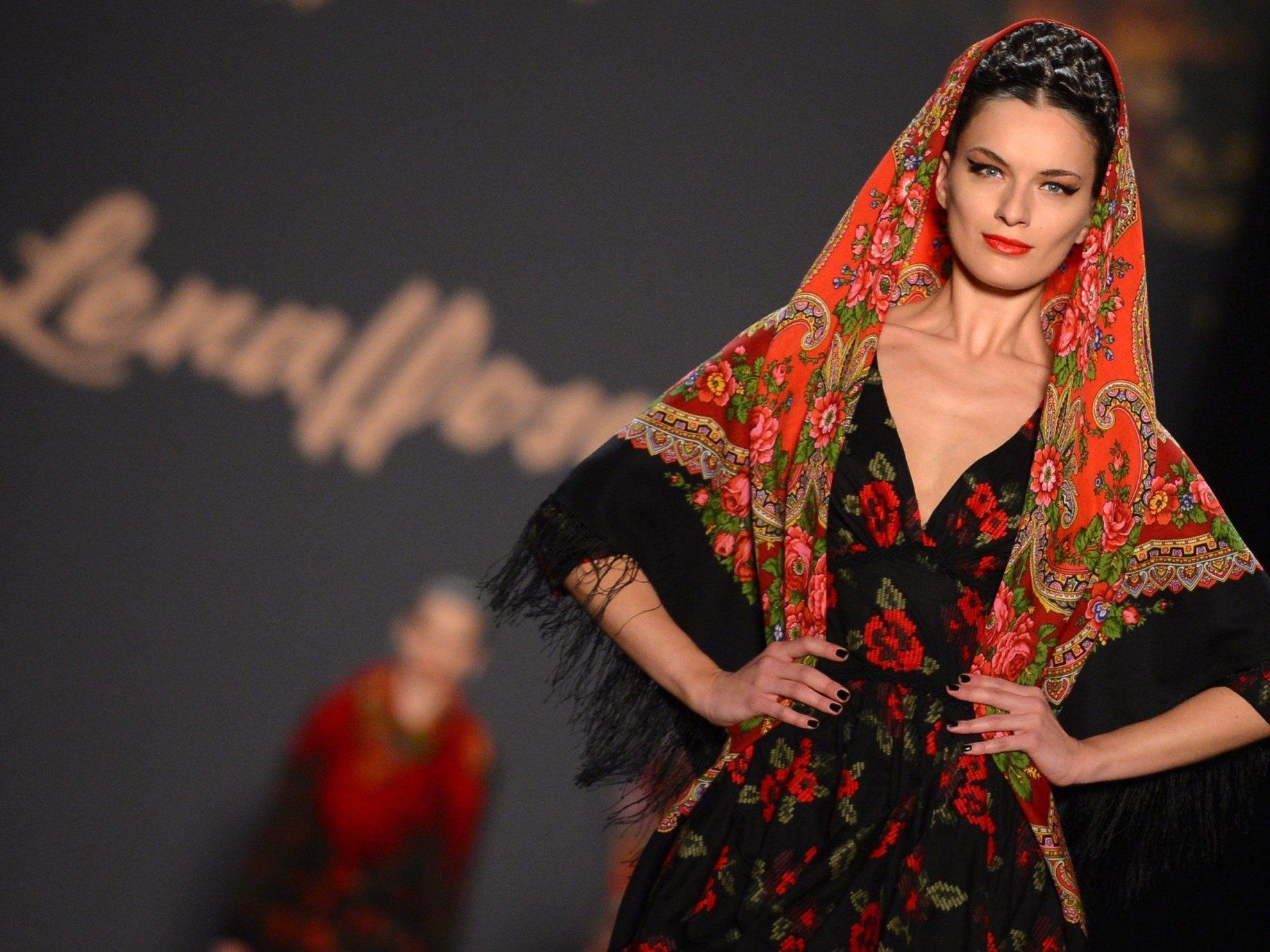 12. Berliner Modewoche: Show von Lena Hoschek fand im Anschluss an Eröffnungsschauen statt.