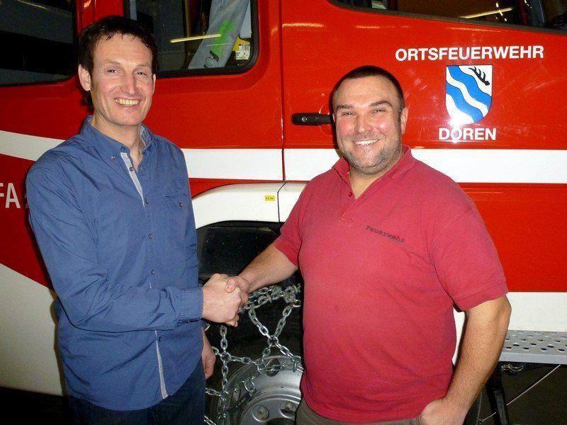 Herbert Österle gratuliert dem neuen Kommandanten Andreas Vögel.