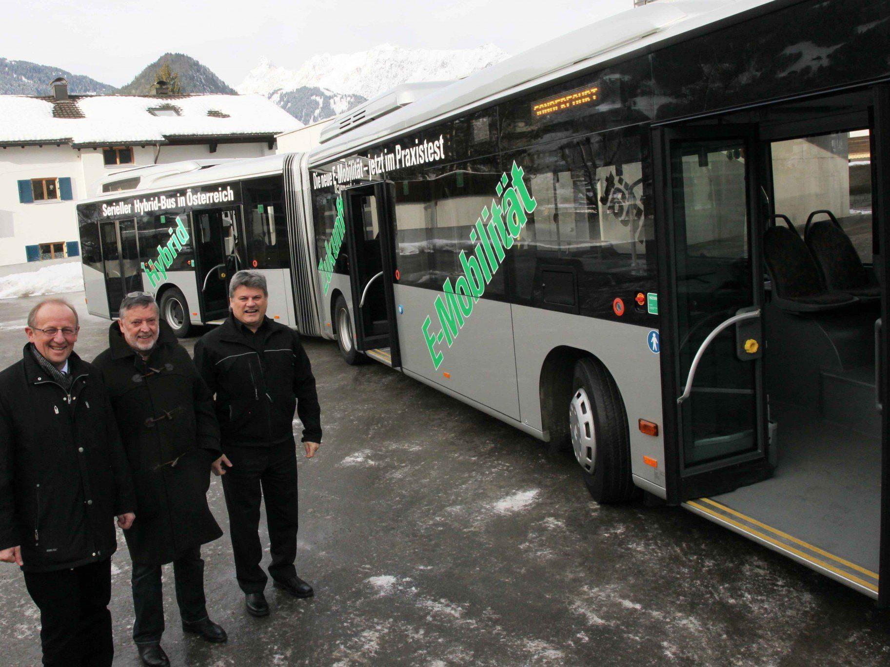 mbs-Chef Bertram Luger mit Aufsichtsrats-Vorsitzendem Rudi Lerch und Bus-Betriebsleiter Gebhard Schoder (v. l.) vor dem 18-Meter-Hybrid-Bus.