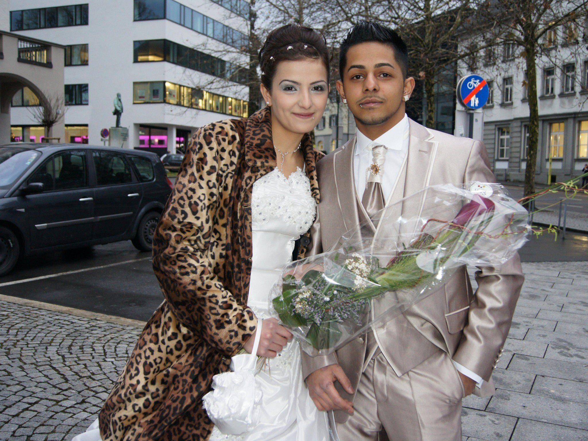 Das Brautpaar auf dem Weg zum Standesamt