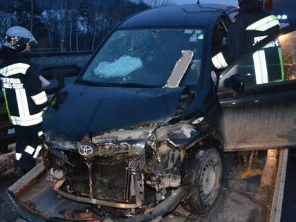 Zwei Fahrzeuge prallten auf der Autobahn bei Gloggnitz zusammen.