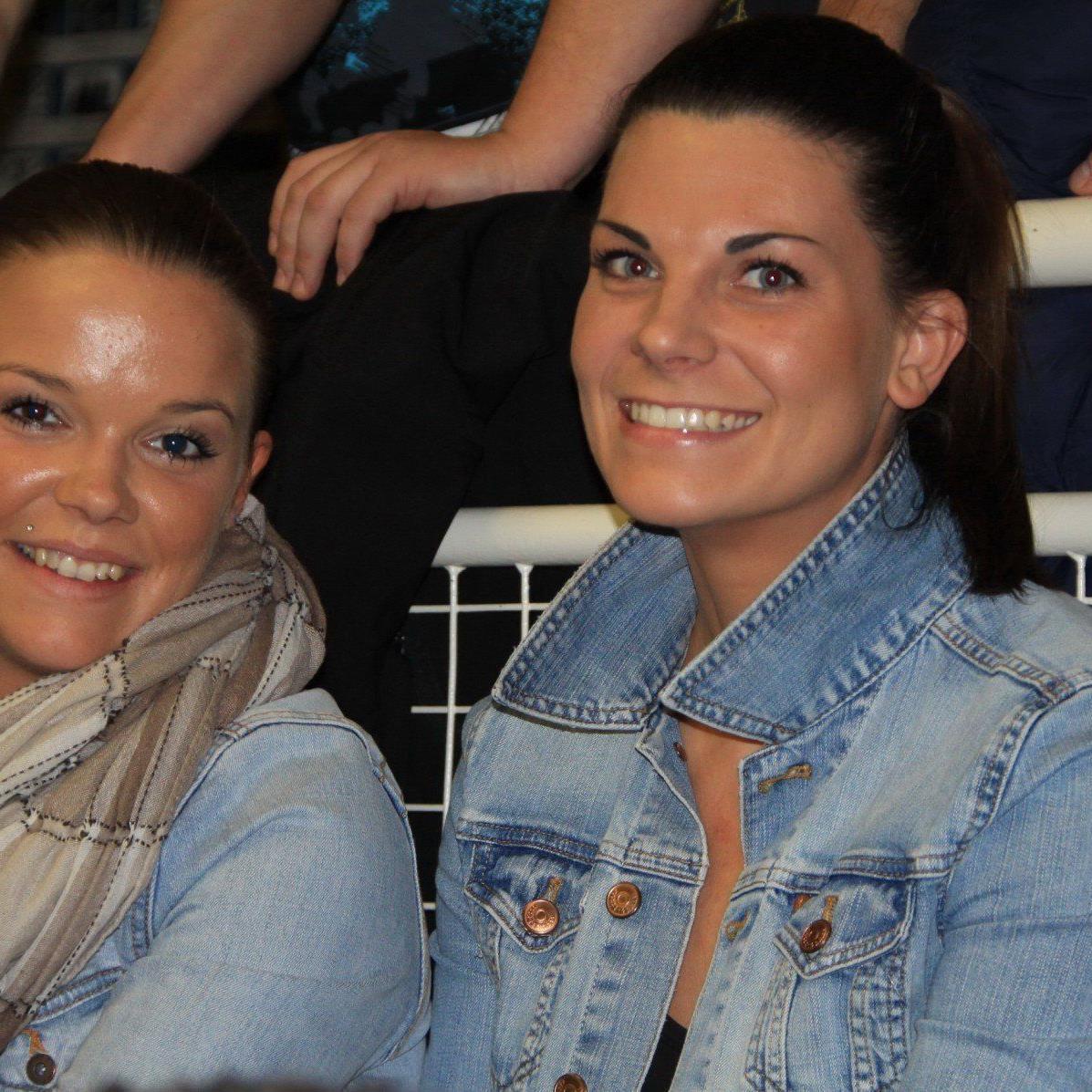 Die zwei Frauen Nadine Bernhard und Angelika Simma lassen sich den Bandenzauber nicht entgehen.