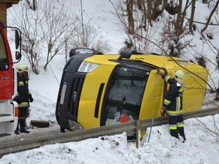 Kleinbus in Schauerberg geriet in Böschung und kippt um.