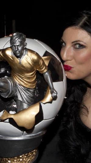 Ramona Fetz-Morscher wird die Trophae Vorarlbergs Fußballer des Jahres 2012 übergeben.