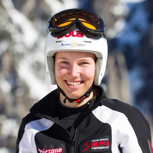 Christine Scheyer gewinnt den FIS Riesentorlauf in der Steiermark und jubelt über einen großen Erfolg.
