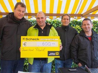 Der Bauernadvend Flötzerhof spendete dem Verein Wolfurt für Wolfurt einen großen Betrag.