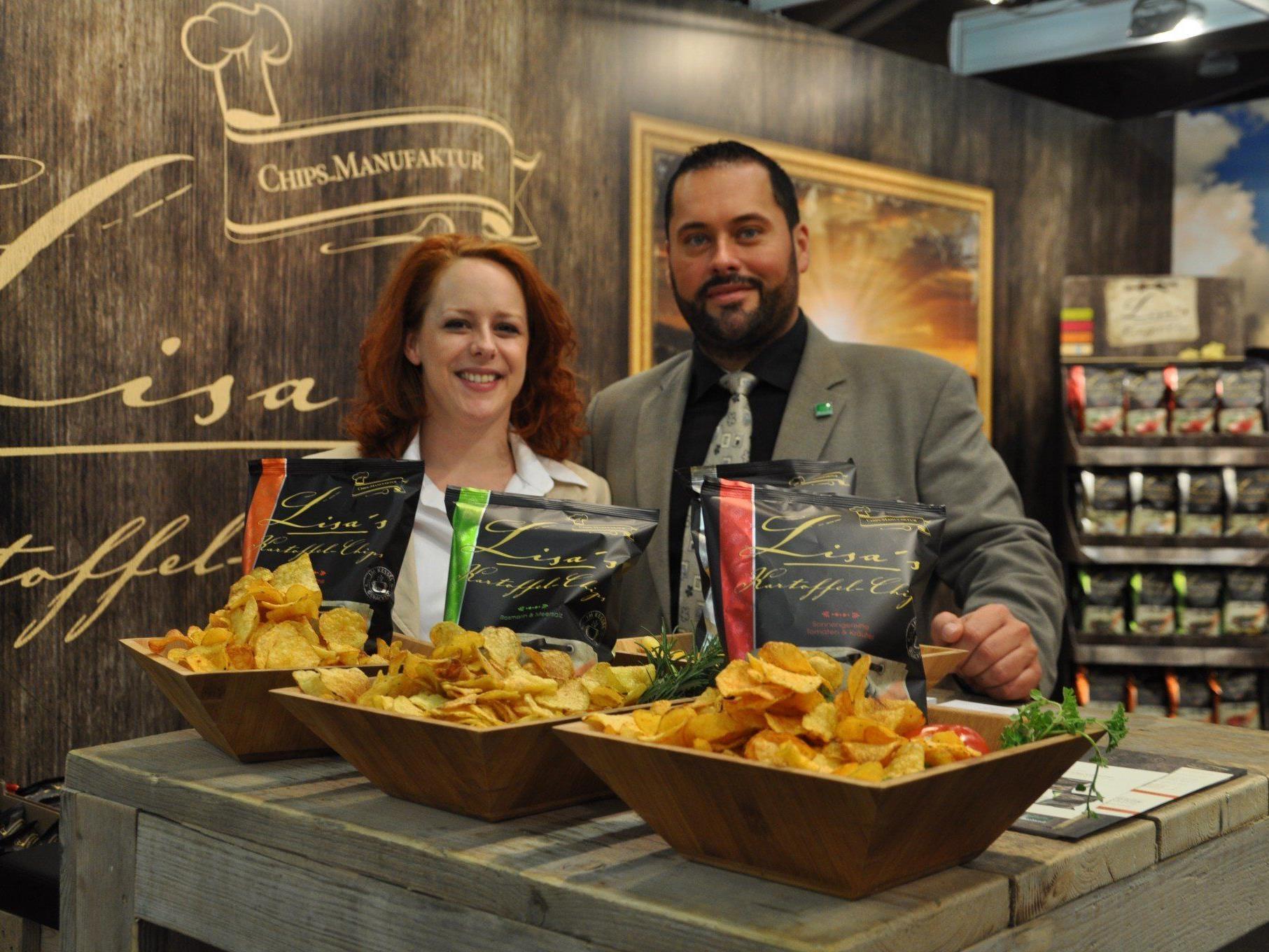 Brigitte Anders und Slavisa Grujic präsentieren Chips mit Transparenz.