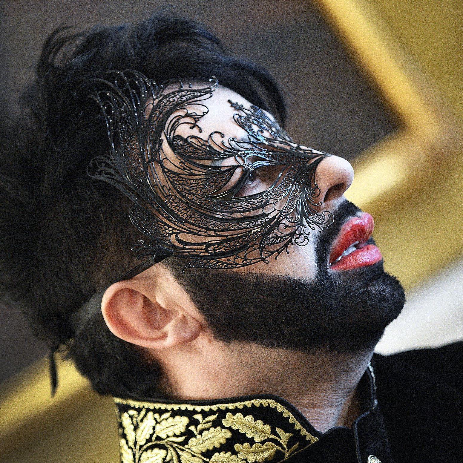 Opernball - Glööckler kommt im Glamour-Frack