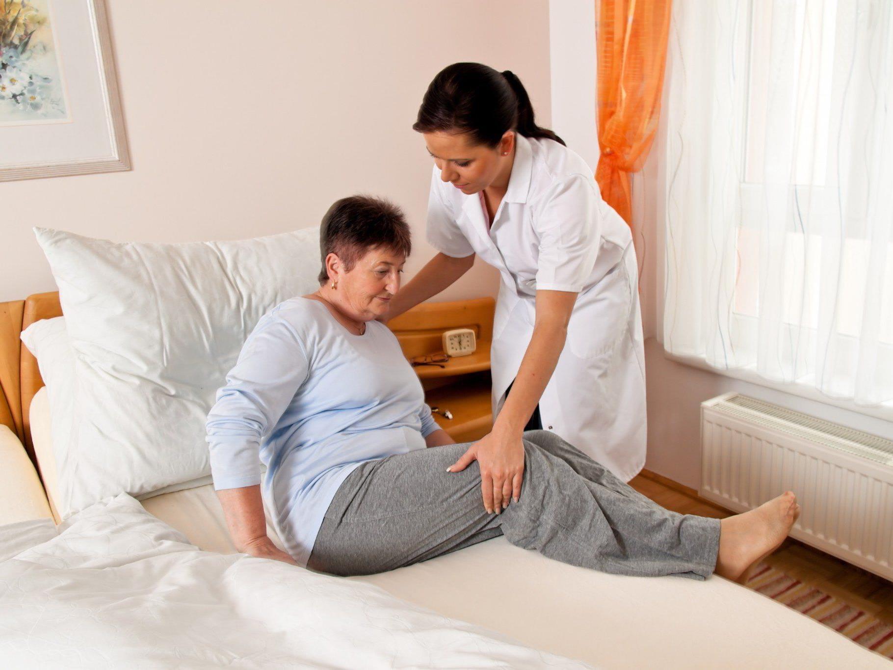 Der Bedarf ist so hoch, dass bis zu 4.000 Pflegekräfte nachqualifiziert werden sollen.