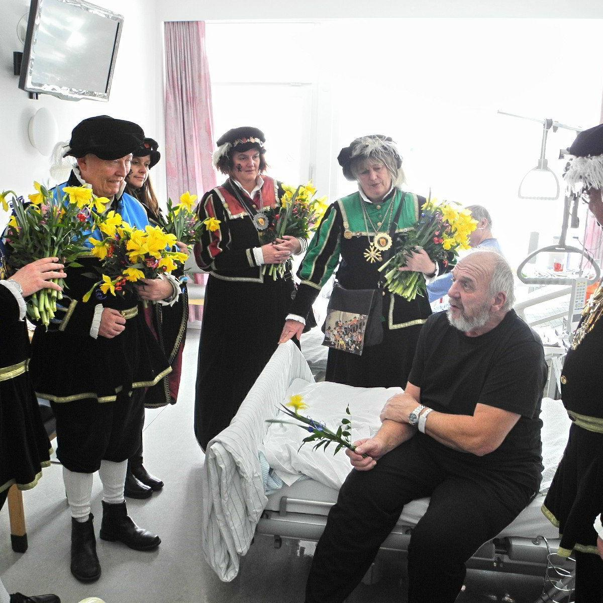Die Spältabürger überbrachten ihrem Vereinsmitglied und Patienten Albert Scheidbach im LKH einen Blumenstrauß und Genesungswünsche