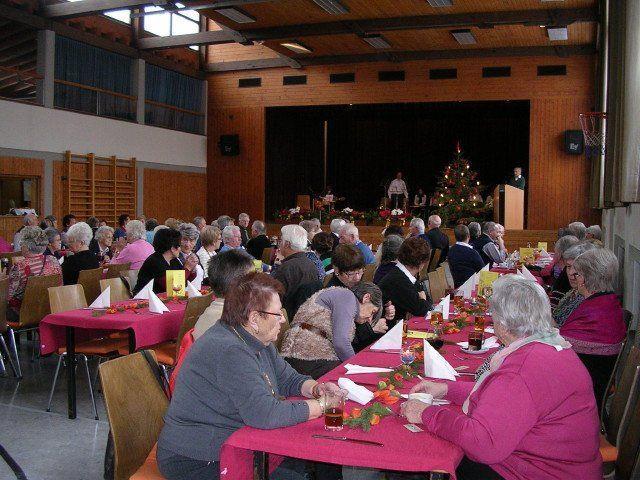 Bei der Weihnachtsfeier unterhielten sich die Pensionisten sehr gut.