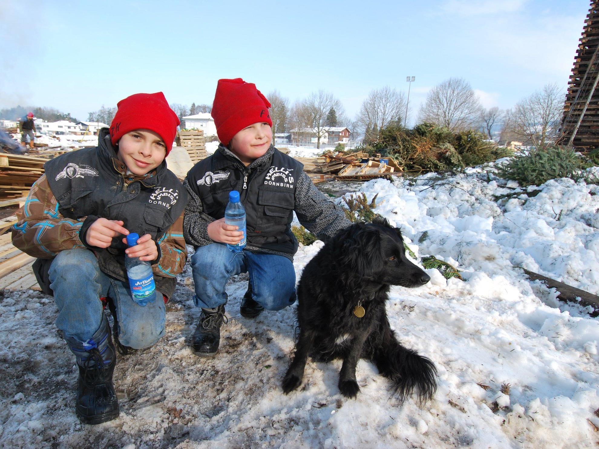 Marco, Pascal und Hund Lucky helfen beim Schottar Funkenaufbau
