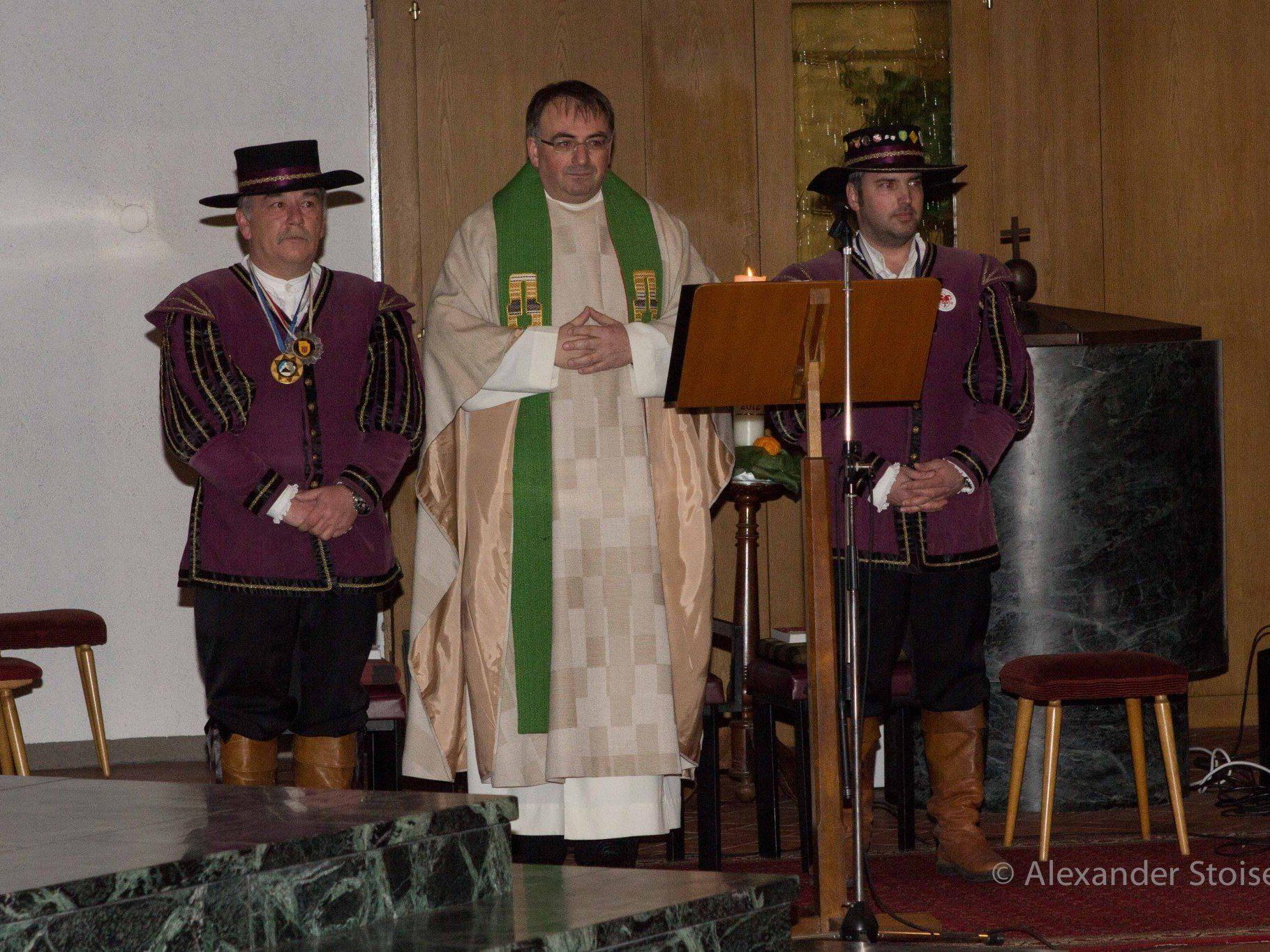 Pfarrer Tinkhauser mit den neuen Ministranten Heinz Scheider und Markus Pfefferkorn