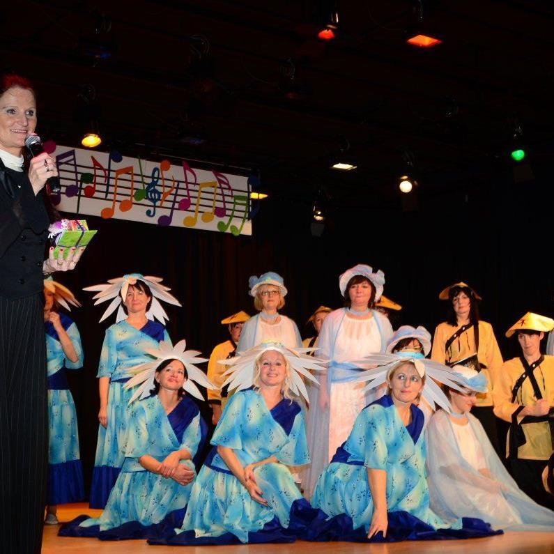 Eine Augenweide boten die von Ria Steinbichler (l.) einstudierten Tänze.