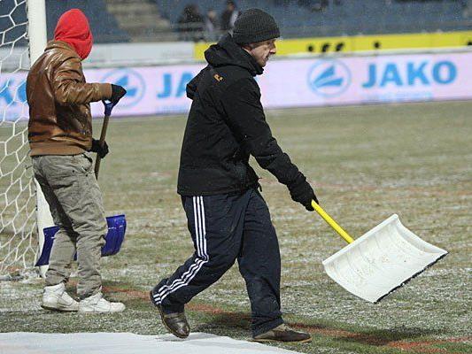 Schneeschaufeln hat geholfen - die Bundesliga-Spiele finden statt