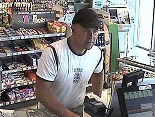 In dieser Tankstelle geschah ein Geldwechselbetrug - dieser Mann ist verdächtig