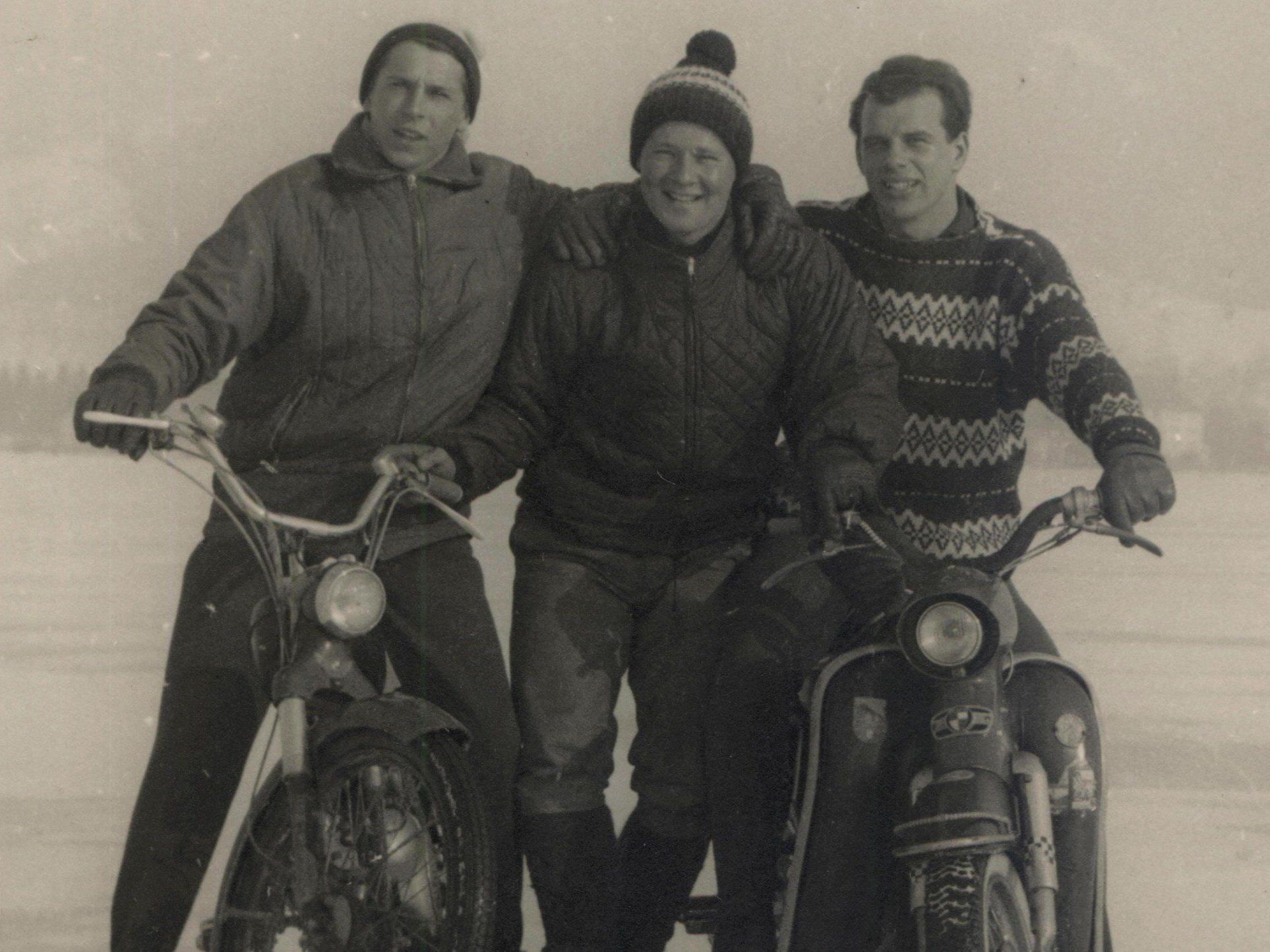 Eugen Loretz (li), Engelbert Gmeinder (mi) und Kurt Gleffe (re) fuhren mit ihren Puch-Mopeds über den See.