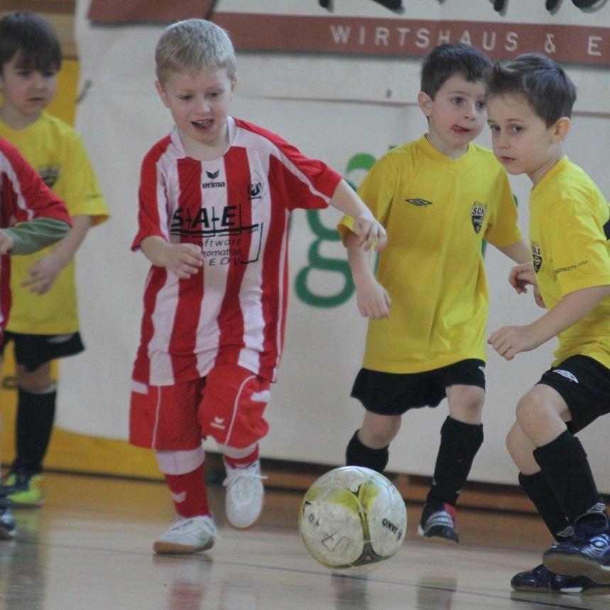 DIe Unter-8-jährigen Kicker sind am Sonntag vormittag in der Montforthalle im Einsatz.